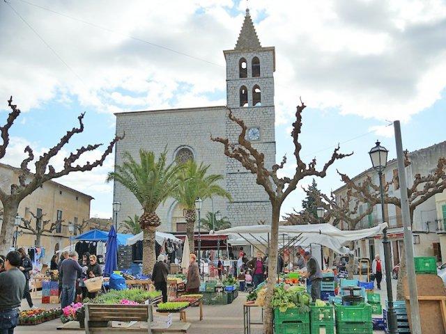 Iglesia de Campanet con mercado