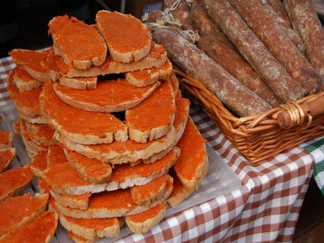 Tostas de pan con sobrasada
