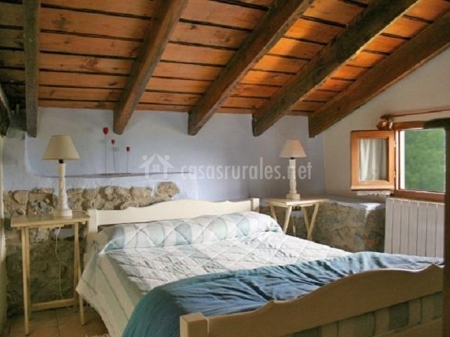 Dormmitorio con techos de madera