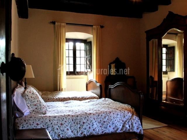 Habitación con camas individuales y amplio armario