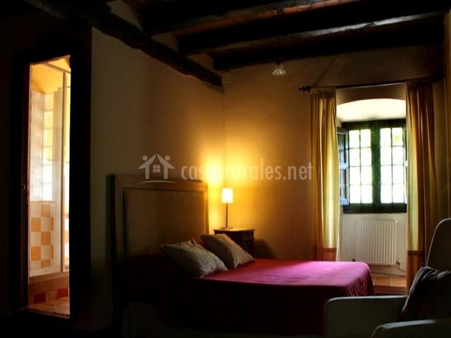 Habitación con luz cálida y baño