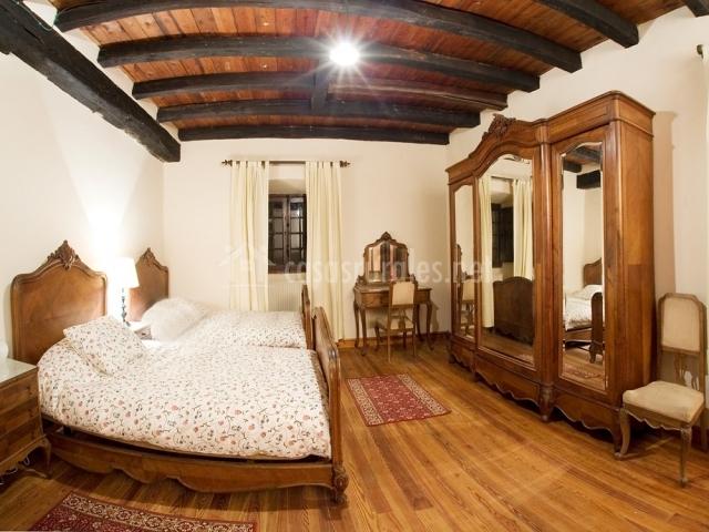 Habitación doble con muebles de la eppoca