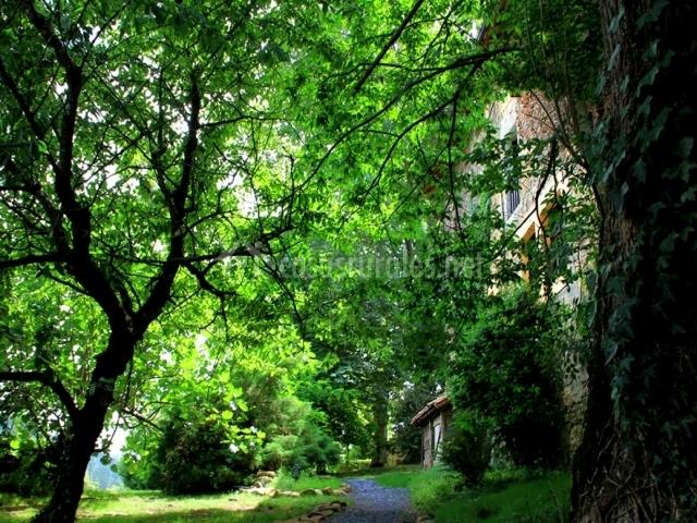 Jardines exteriores con paseo de grava