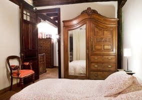 Dormitorio con mueble espejo