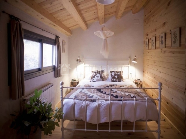 Dormitorio doble con dosel con vigas