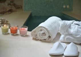 Velas, zapatillas y albornoz del spa