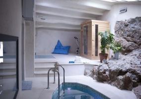 Sauna spa rodeada de rocas