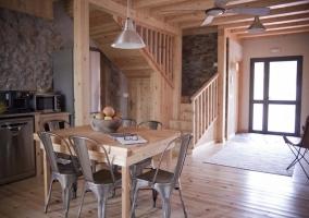 Comedor con suelo de madera y techos de vigas vistas