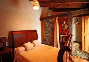 Habitación con cabecero de madera