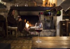 Una copa de vino al calor de la chimenea