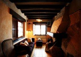 Fachada de piedra y patio