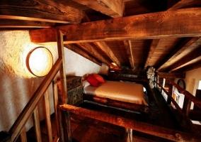 Habitación con mesilla