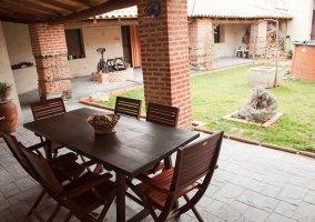Jardín exterior con mesa y sillas
