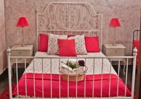 Dormitorio con cama de matrimonio y mesillas