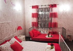 Dormitorio con camas de matrimonio e individual
