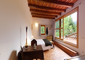 Dormitorio con vista exterior