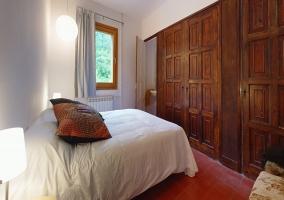 Habitación con armario de madera