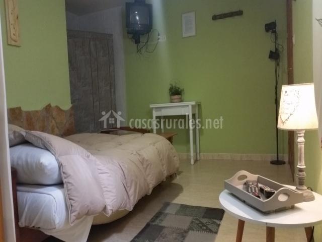 Sala de estar y dormitorio con TV