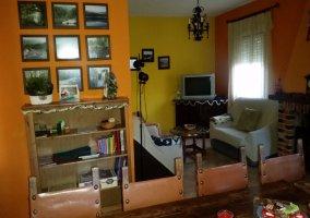Sala de estar con cuadros