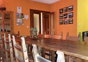 Salón con mesa y sillas