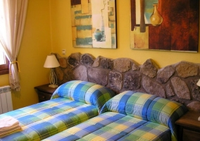 Habitación con tres camas