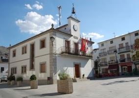 Zona centro con el Ayuntamiento de Navaluenga