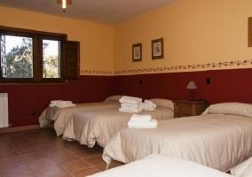 Habitación con cuatro camas