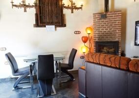 Mesa de comedor en salón con chimenea