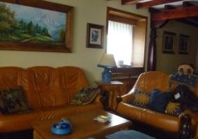 Sala de estar con mesa auxiliar