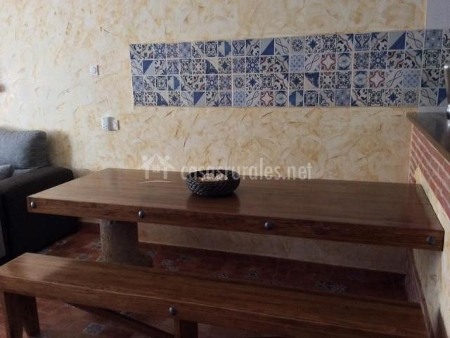 Comedor con bancos de madera