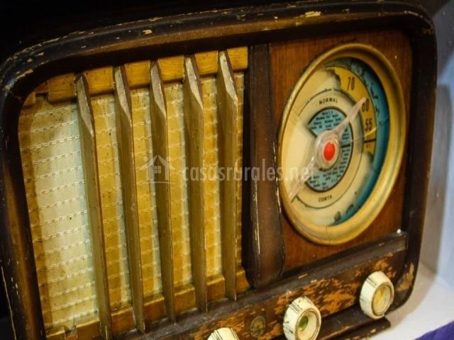 Detalle de la radio antigua como elemento decorativo