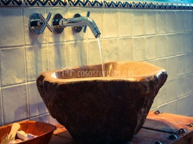 Detalle del lavabo de piedra