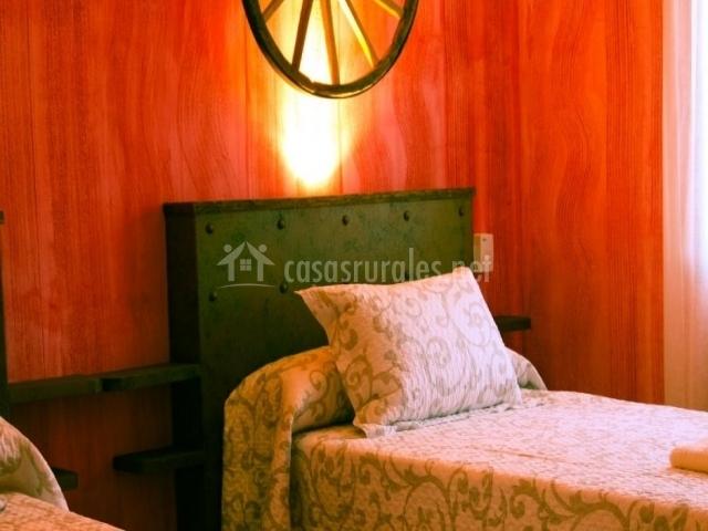 Dormitorio con cabecero verde