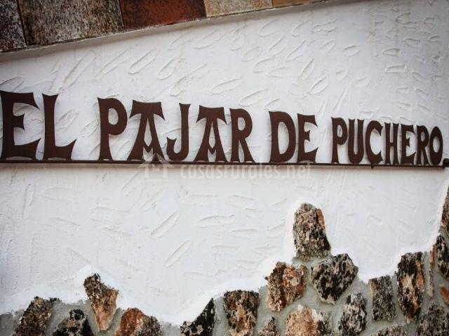 Muro en la entrada con el nombre de la vivienda