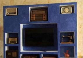 Mueble con radios antiguas