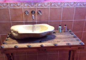Lavabo de piedra sobre antigua mesa