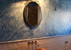 Baño con ducha en azul