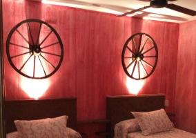 Dormitorio con camas individuales en rojo