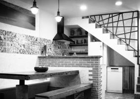 Banco de madera con cocina de barra americana