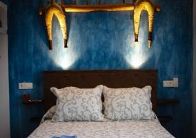 Vista frontal del dormitorio azul
