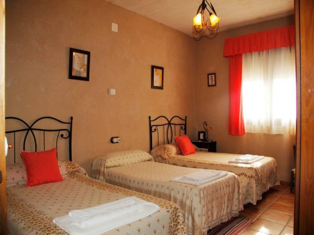 Alhambra los molares en alhambra ciudad real for Dormitorios tres camas