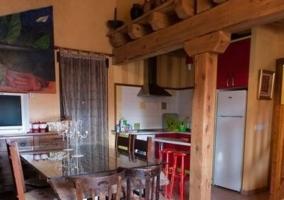 Sala con estufa y mobiliario