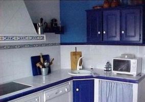Cocina en tonos azules de la casa rural