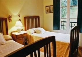 Dormitorio con dos camas  en la casa rural