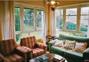 Salón con vistas de la casa rural