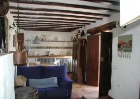Sala de estar con estufa y cocina