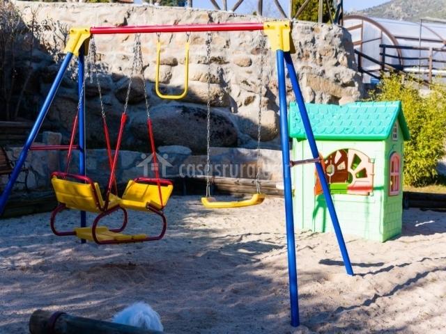 Vistas de la zona infantil con columpios