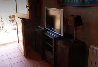 Televisor y muebles de madera