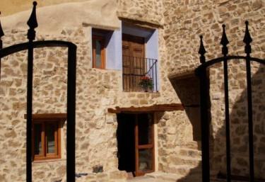 Entrada a las viviendas con fachada de piedra