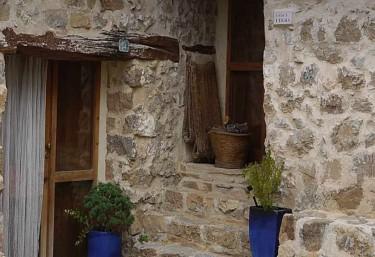 Puerta de entrada con fachada de piedra